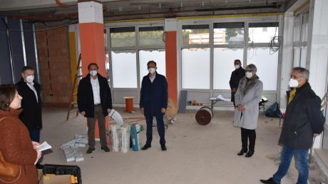 Auf der Baustelle der Tagespflege-Einrichtung: (von links) Claudia Marb, Johann Häusler, Wolfgang Fackler, Martin Drexler, Reiner Schlientz, Gerda Trollmann und Michael Fischer.