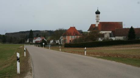 Die Gemeindeverbindungsstraße zwischen Wörnitzstein (im Bild) und Ebermergen ist schmal, auf dem Bankett kann man leicht abrutschen. Hier soll nun ein Radweg gebaut werden. Die Voraussetzungen sind angesichts hoher staatlicher Förderquoten derzeit attraktiv.