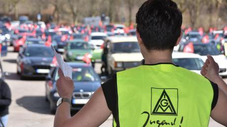 Ungewöhnliche Protestkundgebung in Donauwörth: Arbeitnehmervertreter aus fünf großen Firmen versammelten sich wie in einem Autokino mit ihren Fahrzeugen auf dem Festplatz an der Neuen Obermayerstraße, um den Rednern zu lauschen, hier Bezirksjugendsekretärin Eva Wohlfahrt.