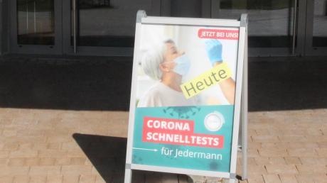 Das Schild vor der Monheimer Stadthalle weist auf ein Schnelltestzentrum hin. In Harburg ist ebenfalls ein Angebot geplant.