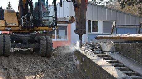 Der Presslufthammer wird derzeit an der Kindertagesstätte in Harburg angesetzt. Um sie erweitern zu können, muss unter anderem die Betontreppe vor dem bisherigen Eingang entfernt werden.