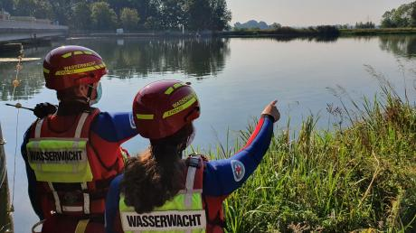 Mitglieder der Kreiswasserwacht Donau-Ries an ihrem Einsatzort: den Badeseen in der Region. Auch in Pandemiezeiten müssen sie Einsätze üben, um auf ihrem nötigen Ausbildungsstand zu bleiben.