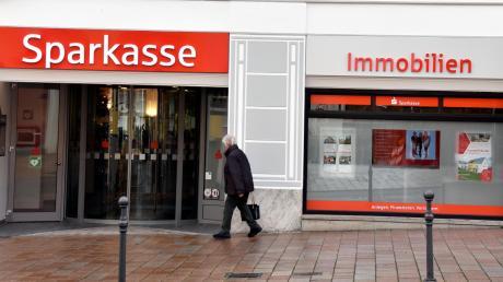 Die Sparkasse Donauwörth hat ihre Geschäftszahlen für das Jahr 2020 vorgestellt. Die Verantwortlichen blicken zufrieden auf das vergangene Jahr.
