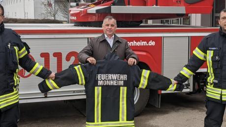 Übergabe der neuen Schutzkleidung für die Monheimer Feuerwehr: (von links) 2. Kommandant Thomas Hofmann, Bürgermeister Günther Pfefferer und Kommandant Tobias Ferber.