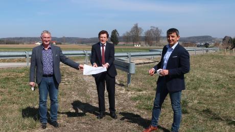 Tapfheims Bürgermeister Karl Malz, Landtagsabgeordneter Georg Winter und Fachbereichsleiter Markus Kreitmeier (von links) an der Brachstädter Straße, wo der fehlende Radweg noch heuer realisiert wird.