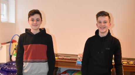"""Leo Suchan (links) und Tim Schönle nehmen nicht nur gemeinsam an """"Jugend forscht"""" teil, sondern kickern auch gerne zusammen."""