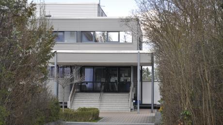 So zeigt sich aktuell der Eingang zum Hallenbad und der darüber gelegenen Turnhalle in Bäumenheim. Wie auch die direkt benachbarte Grund- und Mittelschule sollen die Gebäude ab 2024 einem Neubau weichen.