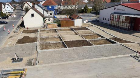 Die Hauptstraße in Bäumenheim bietet schon jetzt neue Ansichten – hier zum Beispiel auf den Vorplatz vor der Schmutterhalle. Das umfangreiche Projekt der Ortskern-Neugestaltung kostet die Gemeinde 2021 noch einmal zwei Millionen Euro.