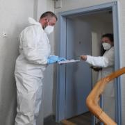 Quarantäne-Überwachung (in Augsburg) – eine Anordnung zum strikten Zuhausebleiben gilt vielen als Schreckensszenario. Das RKI hat jüngst bei den Regelungen zur Quarantäne nachgeschärft.