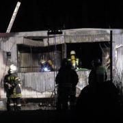 Dieser Wohncontainer auf dem Gelände eines ehemaligen Kieswerks ist am Mittwochabend völlig ausgebrannt. Drei Feuerwehren waren im Einsatz.