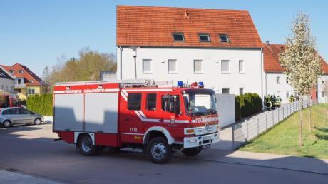 Weil es im Keller dieses Mehrfamilienhauses im Härpferpark in Donauwörth stark geraucht hat, ist die Feuerwehr angerückt.