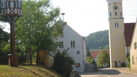 Der Dorfplatz mit Kirche in Kleinsorheim – für das Dorf gibt es nun ein Ortsfamilienbuch, das bei den Rieser Kulturtagen vorgestellt wurde.