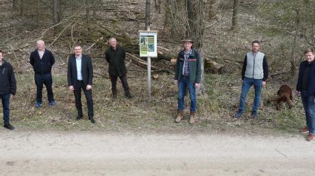 Übergabe einer Informationstafel zum Thema Totholz: Münsters Bürgermeister Jürgen Raab und Forstdirektor Peter Birkholz mit Förster und Gemeinderäten.