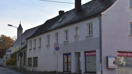 Dieses Gebäude in der Bahnhofstraße in Wemding wird möglicherweise in diesem Jahr abgerissen. Der Bereich soll dann neu gestaltet werden.