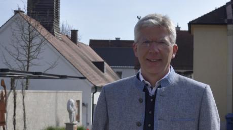 Am neu gestalteten Römerplatz in Mertingen: Veit Meggle (51) ist seit einem Jahr Bürgermeister in Mertingen. Die Corona-Pandemie hat er genutzt, um die Digitalisierung im Rathaus voranzutreiben. Und auch so manche emotionale Debatte im Gemeinderat gab es schon.