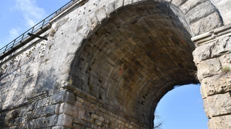 Die beiden baugleichen, historischen Bahnbrücken in Ebermergen werden 2022 restauriert. Dies hat größere Auswirkungen auf den Zugverkehr im Donau-Ries-Kreis.