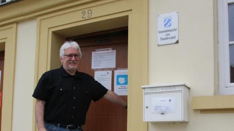 Wolfgang Lechner – hier am Eingang zum Rathaus – ist seit einem Jahr mit vollem Einsatz Bürgermeister der Gemeinde Otting.