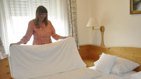 """In den Hotels können vielleicht schon an Pfingsten wieder die Betten aufgeschüttelt werden. Im Hotel """"Zu den drei Kronen"""" in Donauwörth ist das auch in der Pandemie immer Alltag gewesen, hat man doch durchgehend Geschäftsreisende als Gäste gehabt. Foto: Helmut Bissinger"""