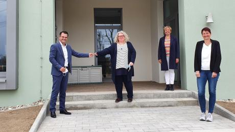 Die neue OGS in Riedlingen ist fertig. Das Bild zeigt (von links): Oberbürgermeister Jürgen Sorré, Rektorin Marion Hanrieder, die Schulreferentin des Stadtrats, Bärbel Stahl, und die Leiterin der offenen Ganztagsschule, Michaela Müller.