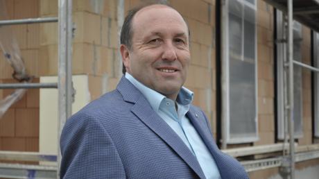 Walter Grob ist seit einem Jahr Bürgermeister in Buchdorf. Er steht vor dem neuen Rathaus, das im Juli 2021 bezogen werden soll.