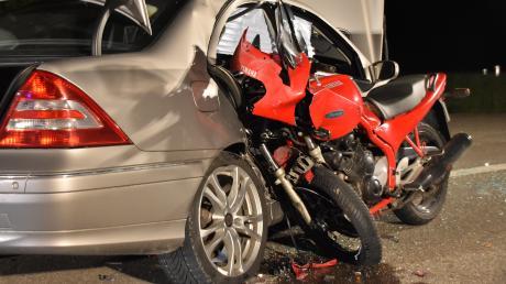 Beim Zusammenstoß mit dem Auto auf der B2 blieb dieses Motorrad in dem Wagen regelrecht stecken. Der Kradfahrer starb wenig später.