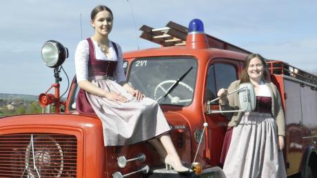 Das Feuerwehrfest in Mertingen fällt aus. Julia Binger (rechts) und Carolin Dietrich zeigen dennoch ihre Dirndl für die Feierlichkeitenn.