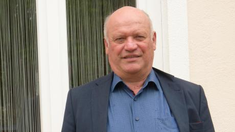 Bürgermeister Leonhard Schwab vor dem Rathaus in Genderkingen.