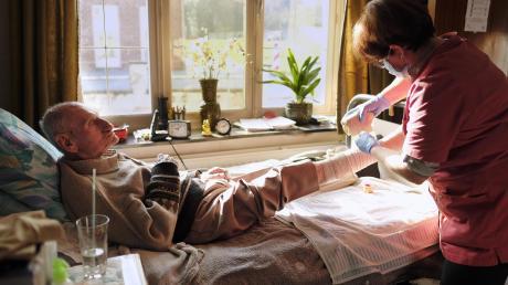 Eine ambulante Pflegerin bei der Arbeit.