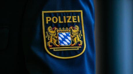 Die Polizei sucht nach einem Dieb, der in einen geparkten VW-Bus in Göggingen eingedrungen ist.