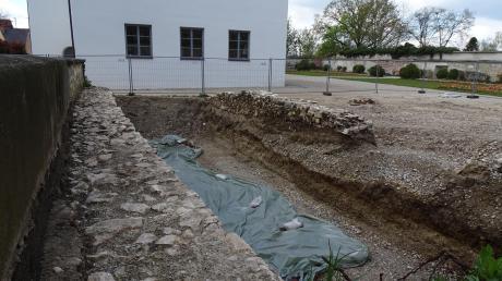 Am Standort des künftigen Schlossstadels wurden mittelalterliche Grundmauern gefunden. Sie sollen später in Teilen sichtbar erhalten werden.