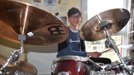 Julian Gilbert alias Gilberton daheim am Schlagzeug. Mit diesem Instrument hat alles angefangen.