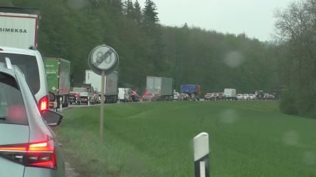 Auf der B2 zwischen Donauwörth und Kaisheim ist es nach einem Unfall zu langen Staus gekommen.