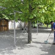 Im Biergarten Schweizerhof in Donauwörth laufen erste Vorbereitungen für die Biergarteneröffnung – doch es braucht weiter Geduld.