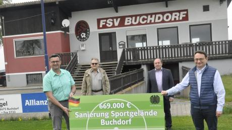 Eine frohe Botschaft überbrachte Bundestagsabgeordneter Ulrich Lange (rechts) in Buchdorf. Darüber freuen sich (von links) Martin Grebel, Zweiter Bürgermeister Xaver Bosch und Bürgermeister Walter Grob.