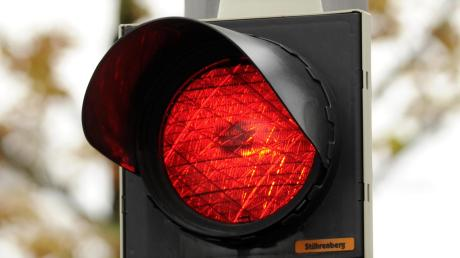 Gefährliche Überholmanöver und ein Rotlichtverstoß legt die Polizei einem 39-jährigen Mopedfahrer zur Last.