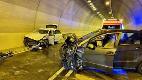 Frontal zusammengestoßen sind diese beiden Autos im Tunnel bei Harburg.