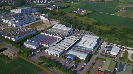 """Gute Anbindung, viele Arbeitsplätze, schöne Lage: Das lässt Kommunen wie Asbach-Bäumenheim und Mertingen, zwischen denen das Industriegebiet auf dieser Aufnahme liegt, schnell wachsen. Vielleicht sogar zu schnell? """"Es ist grenzwertig"""", sagt Bäumenheims Bürgermeister Martin Paninka."""