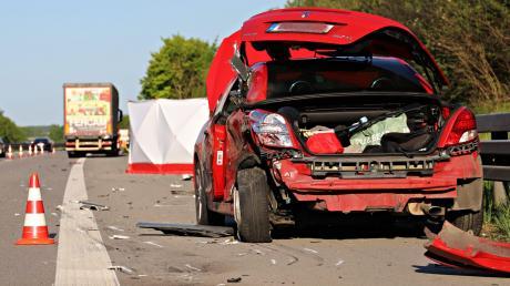 Gegen dieses Auto krachte ein Lkw – und erfasste dann einen 18-Jährigen aus Mertingen.