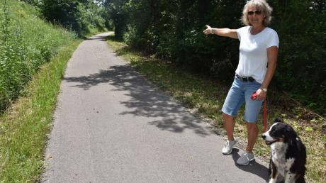 Heike Bschor zeigt zu der Stelle, an der sie auf dem Geh- und Radweg zwischen Harburg und Ronheim zusammen mit ihrer Hündin Toni dem Tier begegnete, das ein Wolf sein könnte.