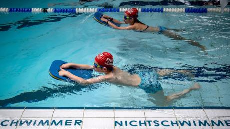 Schwimmlehrer und Organisationen wie die Wasserwacht sind in Sorge, weil wegen der Corona-Pandemie über ein Jahr lang keine Schwimmkurse stattfanden.