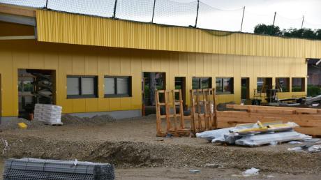 Die Bauarbeiten für den neuen Zustellstützpunkt der Deutschen Post DHL in Wemding laufen auf vollen Touren. Von dem Standort aus sollen die Bürger in zehn Kommunen versorgt werden.