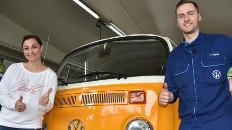 TV-Moderatorin Lina van de Mars war in Fünfstetten zu Gast bei Klaus Dippner. Der hat einen VW-Bus restauriert.