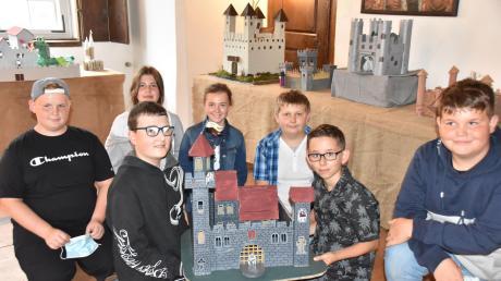 Viele Burgen gibt es in einer Ausstellung auf der Harburg zu bestaunen. Baumeister sind die Sechstklässler der Ludwig-Auer-Schule in Donauwörth.