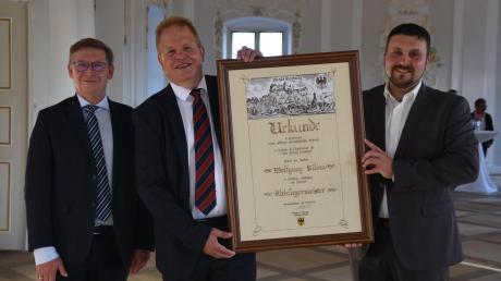Der aktuelle Harburger Bürgermeister Christoph Schmidt (rechts) hat seinem Vorgänger Wolfgang Kilian die Urkunde für den Ehrentitel Altbürgermeister überreicht.