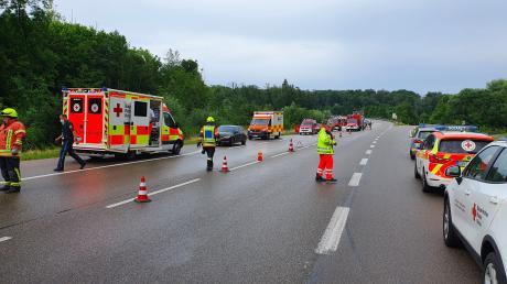 Zahlreiche Rettungskräfte waren am Samstag nach dem Unfall auf der B2 bei Kaisheim vor Ort.