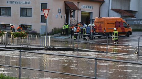 Hochwasser an der Ussel in Daiting im Sommer letzten Jahres. Doch nicht nur Starkregenfälle haben zuletzt in der Region die Lage verschärft. Gerade auch die großen Flüsse können eine Hochwassergefahr darstellen – mit Verzögerung, wie Behördenleiter Rimböck erklärt.