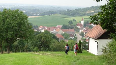 Eine der letzten Etappen auf dem Edelweißweg führt durch den Donauwörther Stadtteil Zirgesheim. Wanderer, die von der Anhöhe ins Tal hinunter marschieren genießen die faszinierende Landschaft.