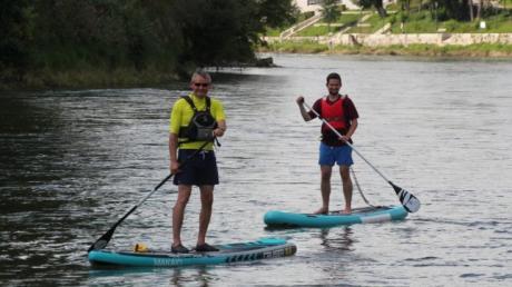 DZ-Reporter Fabian Kapfer (rechts)  war zum ersten Mal mit dem SUP unterwegs und bei der Premiere gleich auf der Donau.