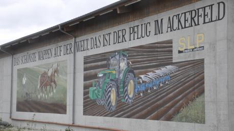 Das Gemälde des Anstoßes: Zurückgesetzt von der Bundesstraße 16 ließ Getreidehändler Michael Sailer an der Ortseinfahrt nach Donaumünster eine kahle Betonwand von einer Fassadenmalerin verschönern. Das Landratsamt forderte ihn auf, das Bild zu beseitigen. Nun könnte sich im Streit eine Lösung abzeichnen.