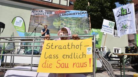 Die Massentierhaltung in Deutschland, aber auch in der Region prangerte das Agrarbündnis Bayern bei einer Kundgebung in Donauwörth an. Eine als Schwein verkleidete Aktivistin harrte dabei in einem sogenannten Kastenstand aus, der vor der Bühne stand.
